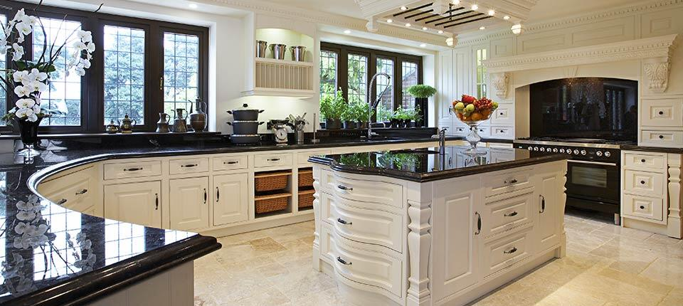 Classical kitchen with modern design integrated in a Georgian style