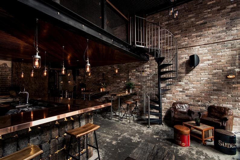 Donny's Bar: industrial design with rustic accents, by Luchetti Krelle