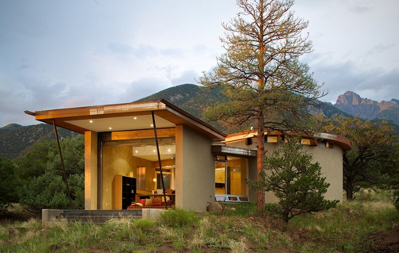 Strawbale Getaway by Gettliffe Architecture: amazing vacation house with walls of straw