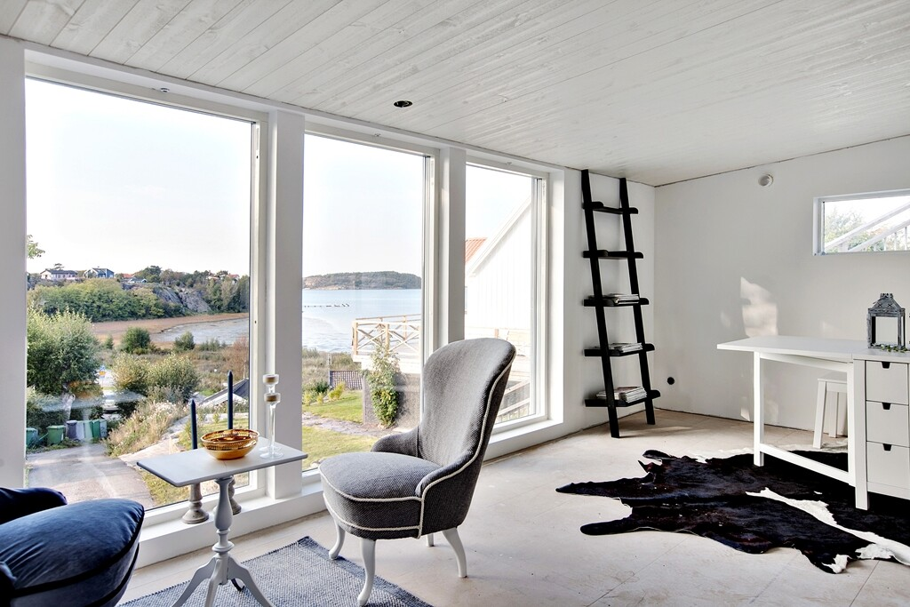 Scandinavian house with a splendid view of the sea - www.homeworlddesign.com  (16)