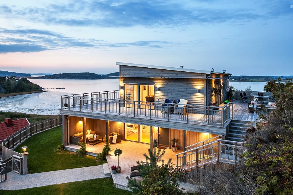 Scandinavian-style house with a splendid view of the sea - www.homeworlddesign.com  (20)