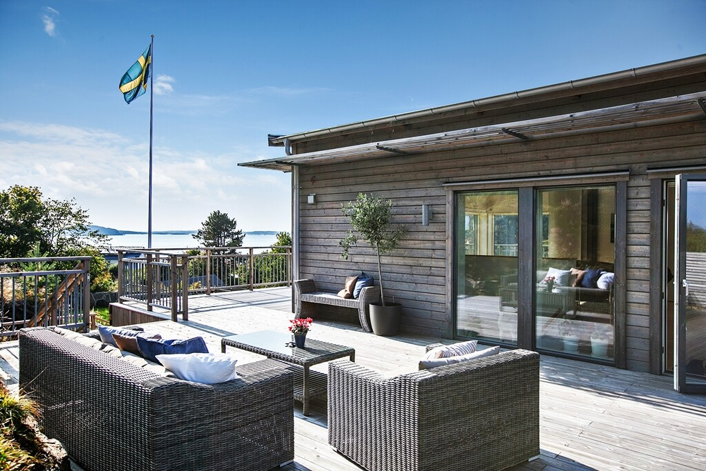 Scandinavian  house with a splendid view of the sea - www.homeworlddesign.com  (5)