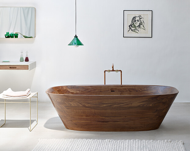 Delicate bath supplies made from aromatic walnut – Nina Mair