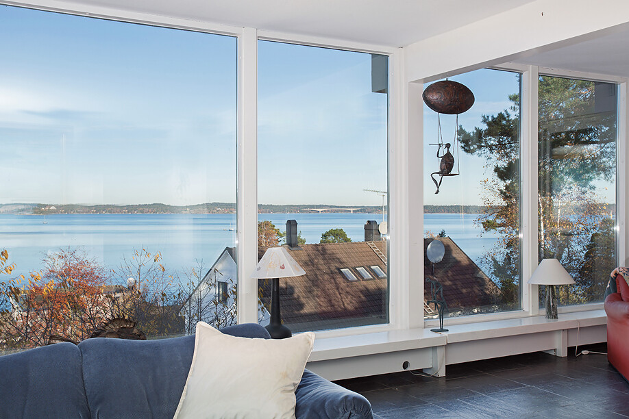 Scandinavian house with a generous view of the sea - www.homeworlddesign. com (24)