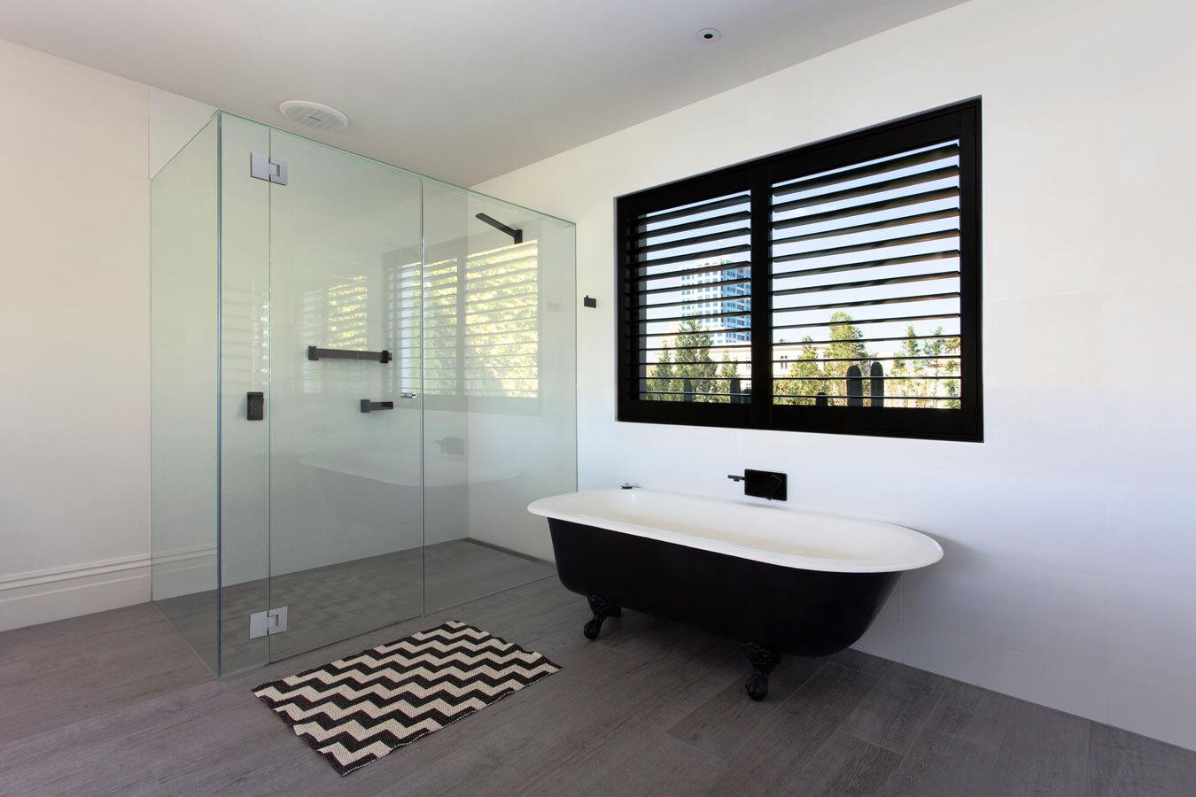 Victorian house with contemporary interior design for Salle de bain design luxe noir et blanc