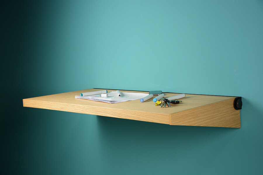 Fju – linear desk with two functions: workspace and shelf