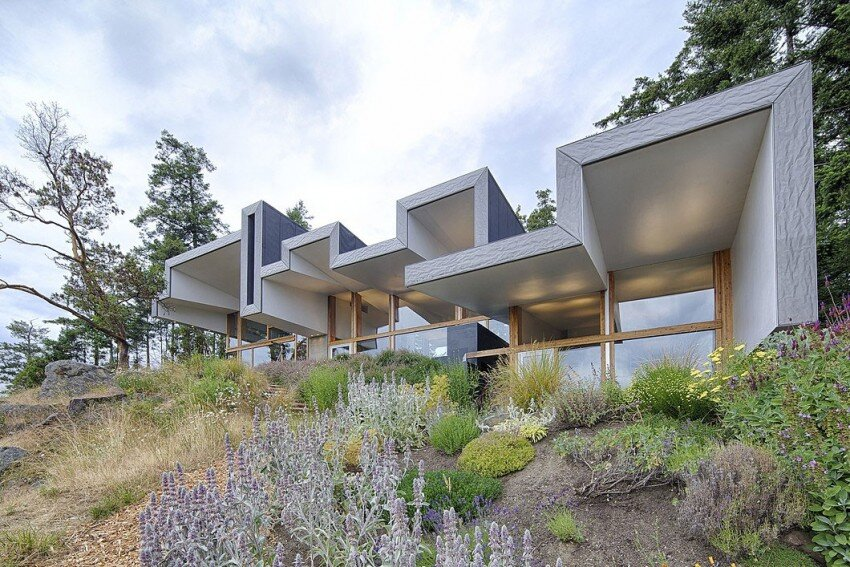 Ridge House: retreat with large folding roof form