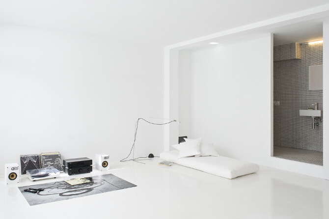 Studio CaSA proposes white everywhere - The White Retreat, Sitges, Spain (1)
