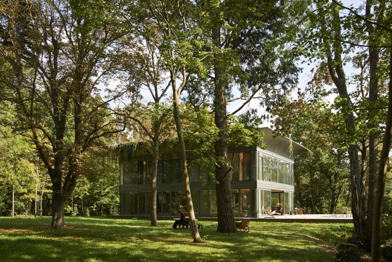 The Montfort House (current residence of Philippe Starck) is the prototype of the latest series of low-energy prefabricated homes