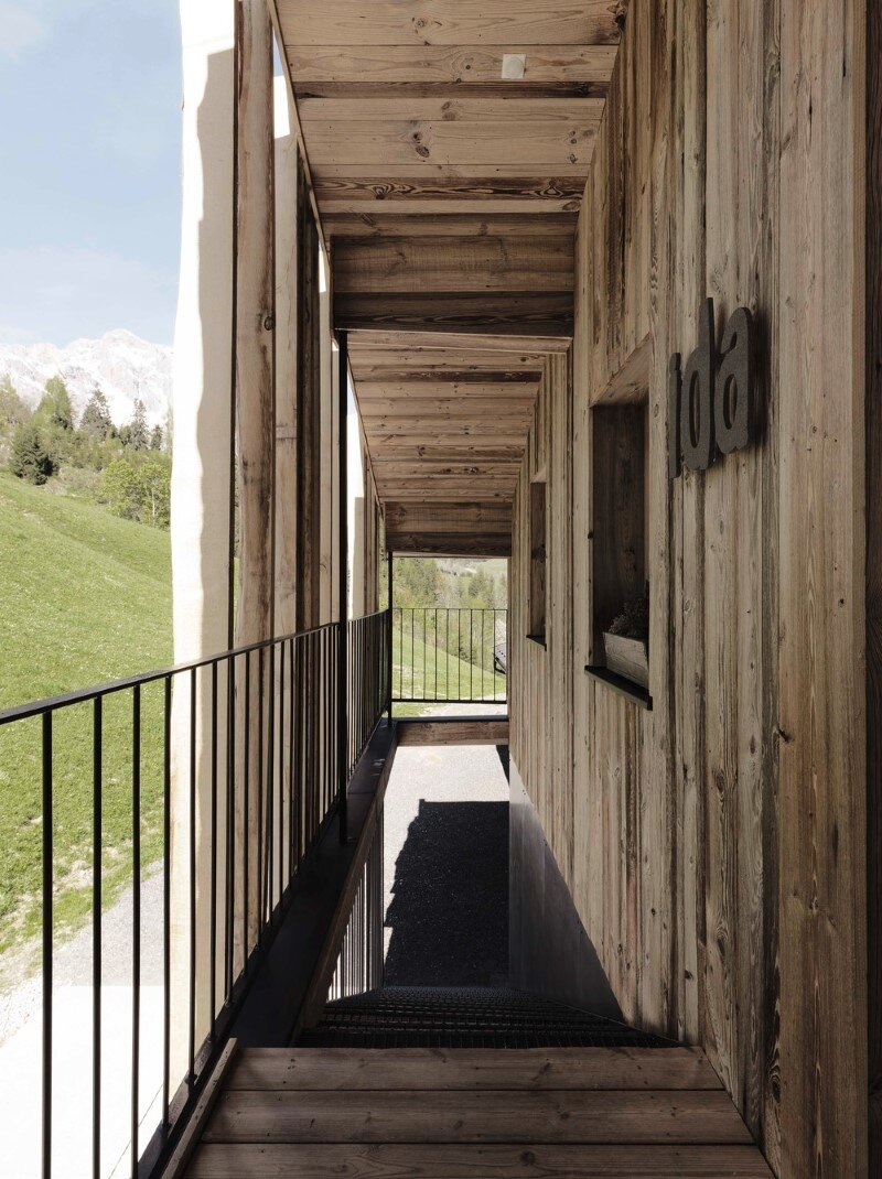 Alpine chalet - a combination of modern and traditional alpine elements (5)