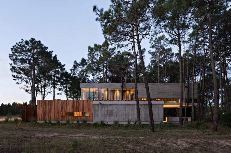 Concrete and wood harmoniously combined in Marino Pinamar House (17)