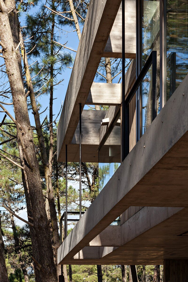 Concrete and wood harmoniously combined in Marino Pinamar House (18) (Custom)