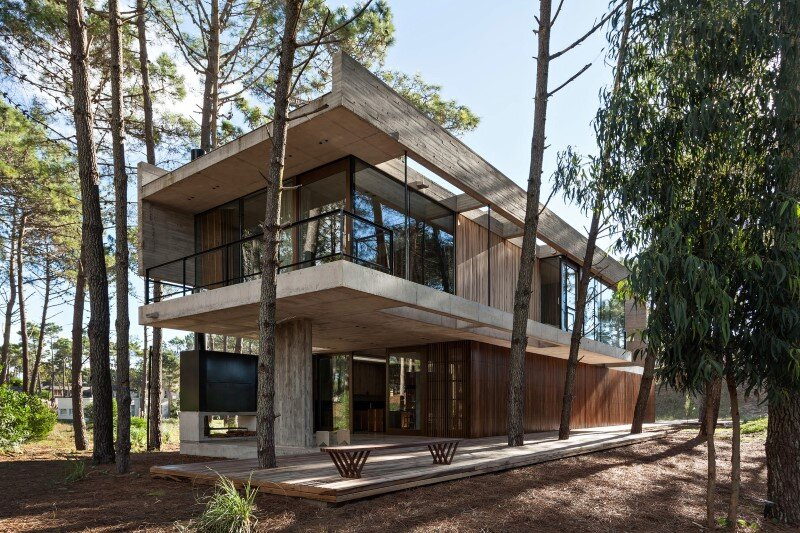 Concrete and wood harmoniously combined in marino pinamar for Half concrete half wood house design