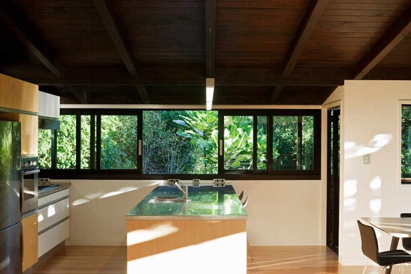 Glade House - modern home with low-pitched gabled roof, raking ceilings and exposed rafters (7)