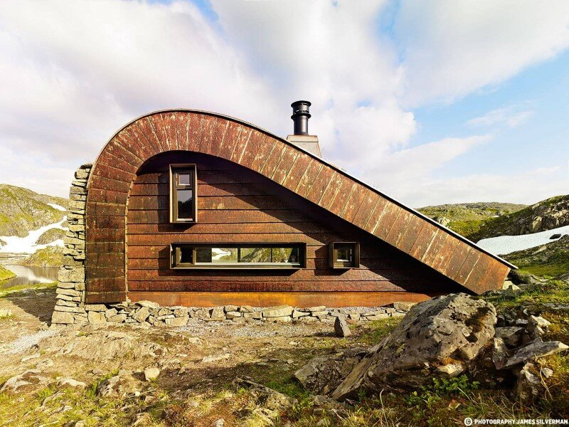 "Hunting lodge with a roof that ""grows out of"" landscape - Norwegian mountain cabin (1)"