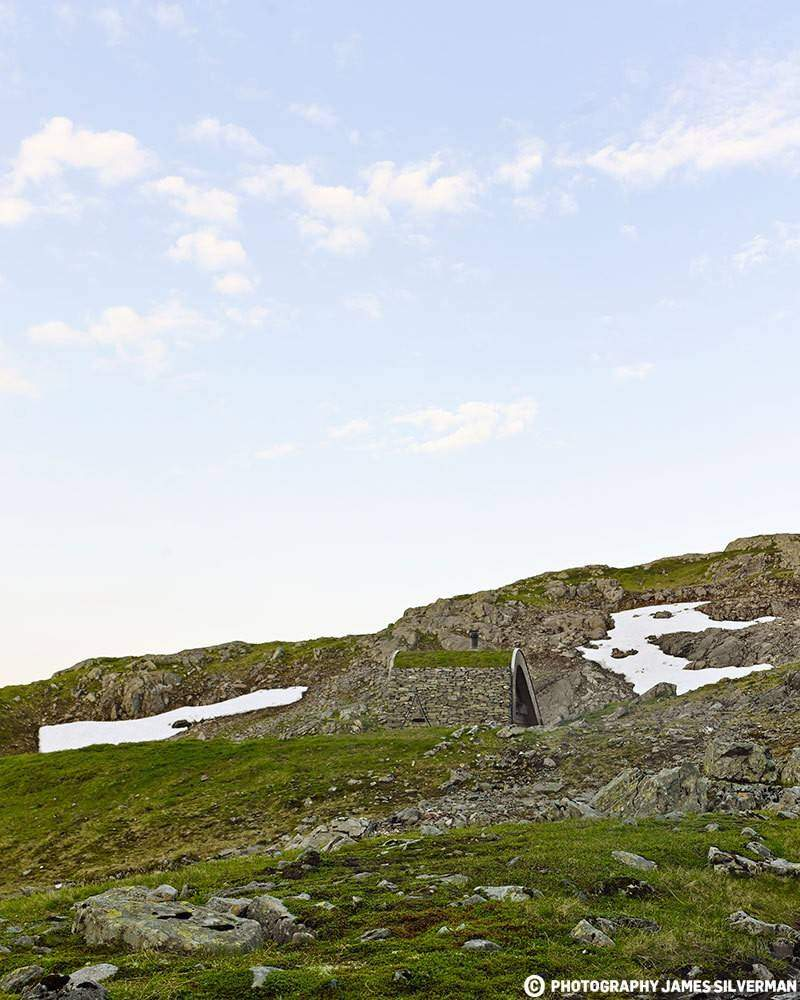 "Hunting lodge with a roof that ""grows out of"" landscape - Norwegian mountain cabin (3)"