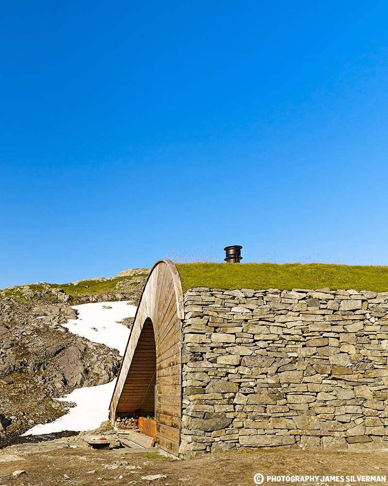 "Hunting lodge with a roof that ""grows out of"" landscape - Norwegian mountain cabin (4)"