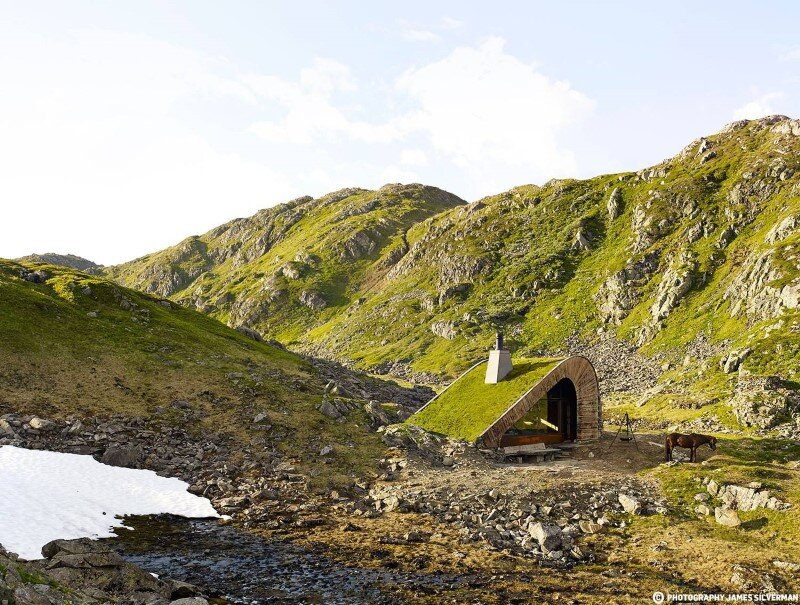 "Hunting lodge with a roof that ""grows out of"" landscape - Norwegian mountain cabin (6)"