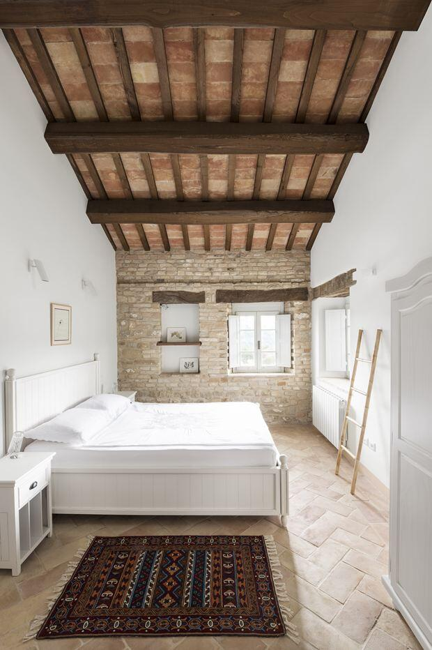 Old stable transformed into a vacation home by preserving its original structural style (10)