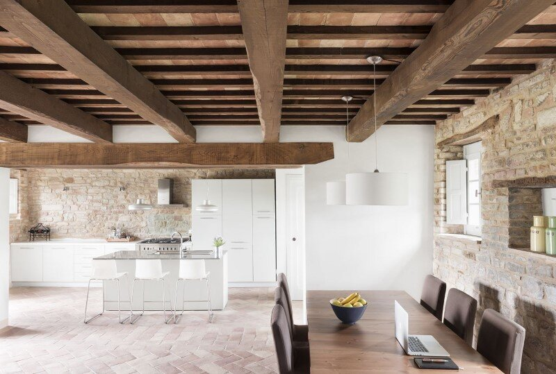 Old stable transformed into a vacation home by preserving its original structural style (3)