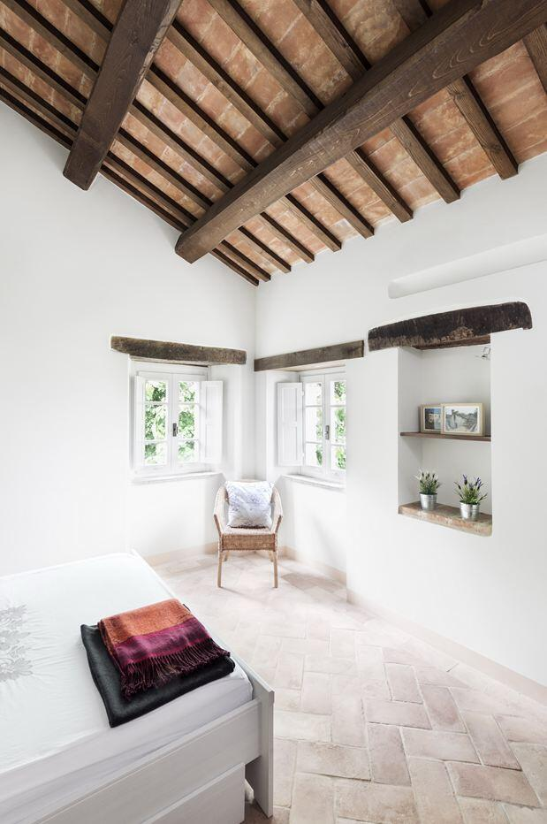Old stable transformed into a vacation home by preserving its original structural style (9)
