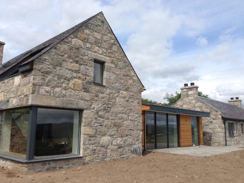 Scottish old cottage nestled on a hillside with panoramic views (13)
