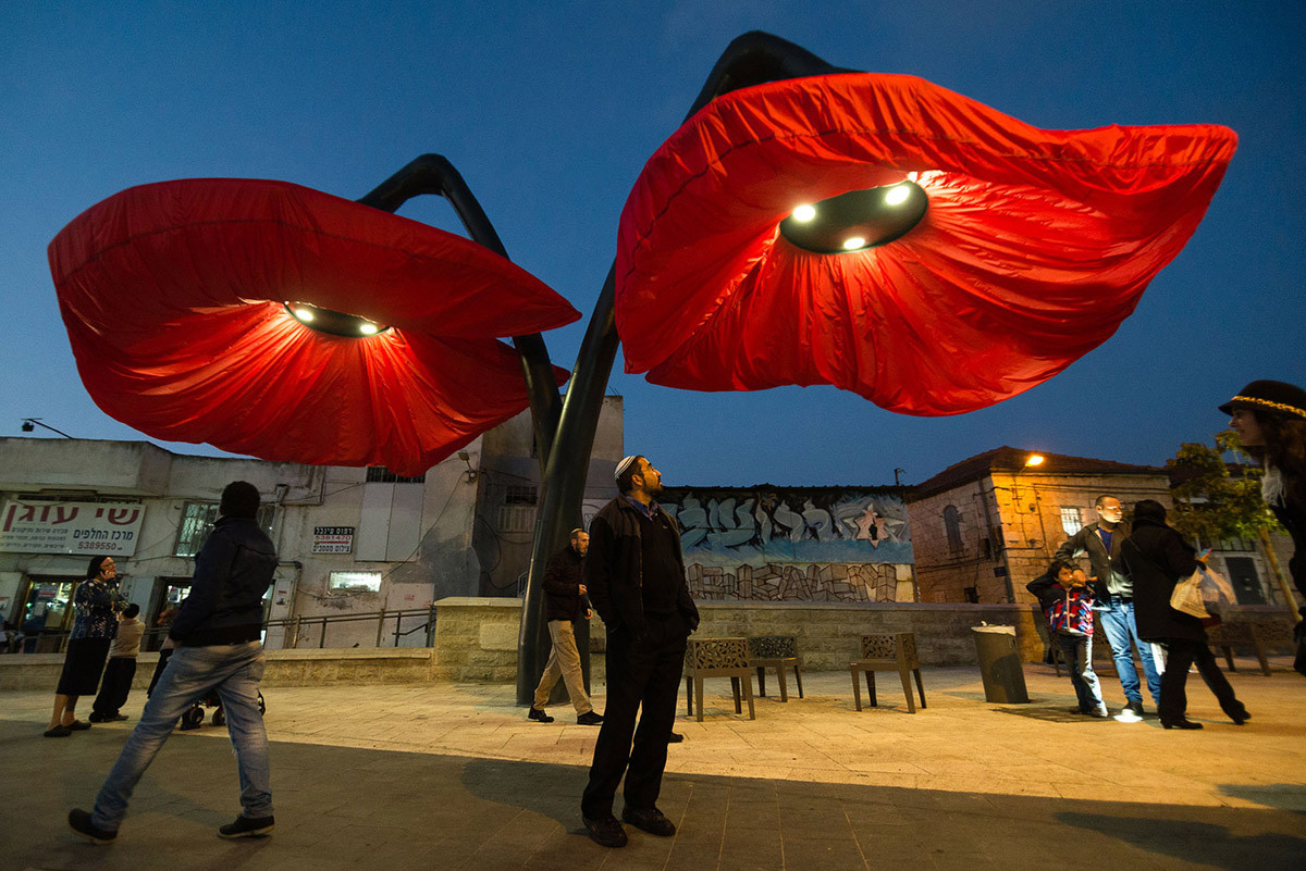 Dynamic Street Installation in Vallero Square in Jerusalem Giant Urban Flowers (13)