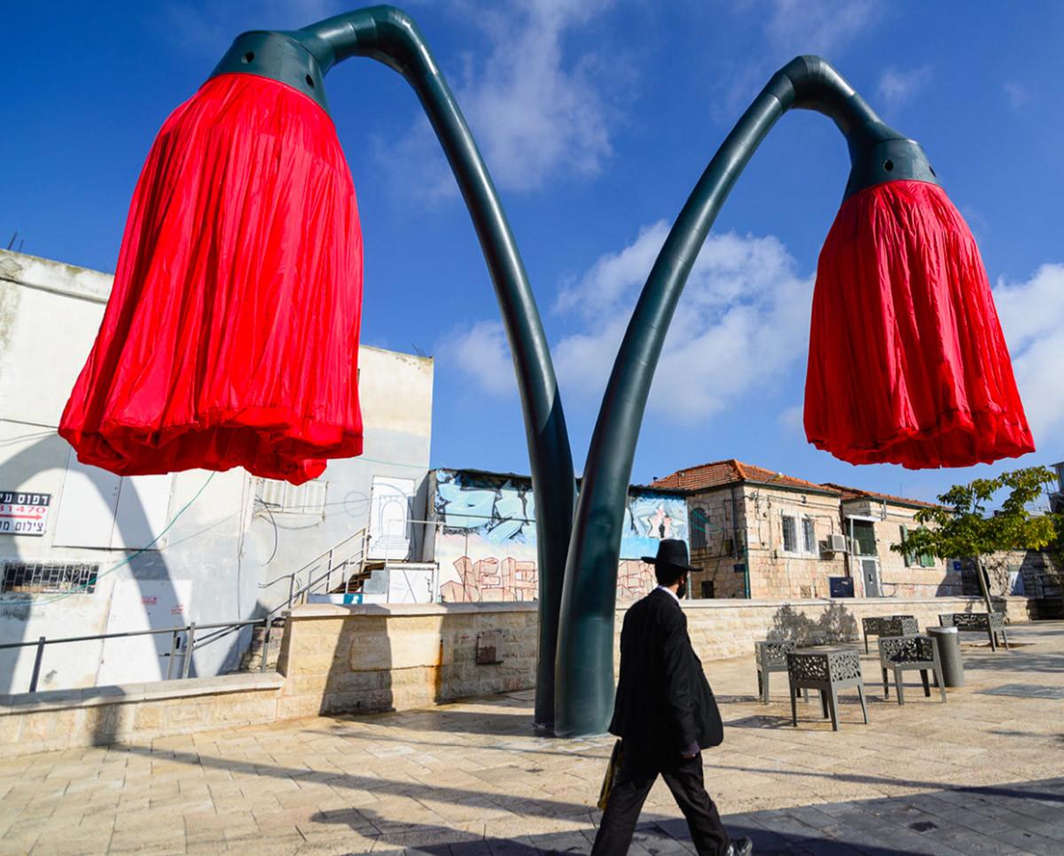 Dynamic Street Installation in Vallero Square in Jerusalem Giant Urban Flowers (4)
