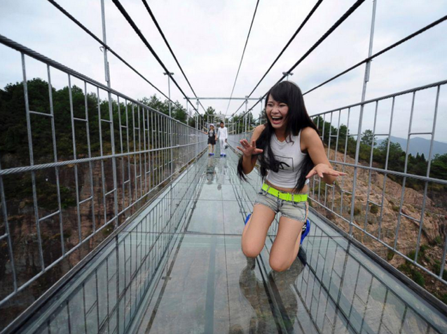 High-altitude bridge made of glass opens in Hunan, China