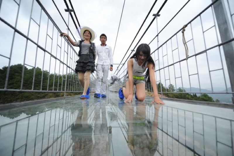 High-altitude-suspension-bridge-made-of-glass-opens-in-hunan-china-1
