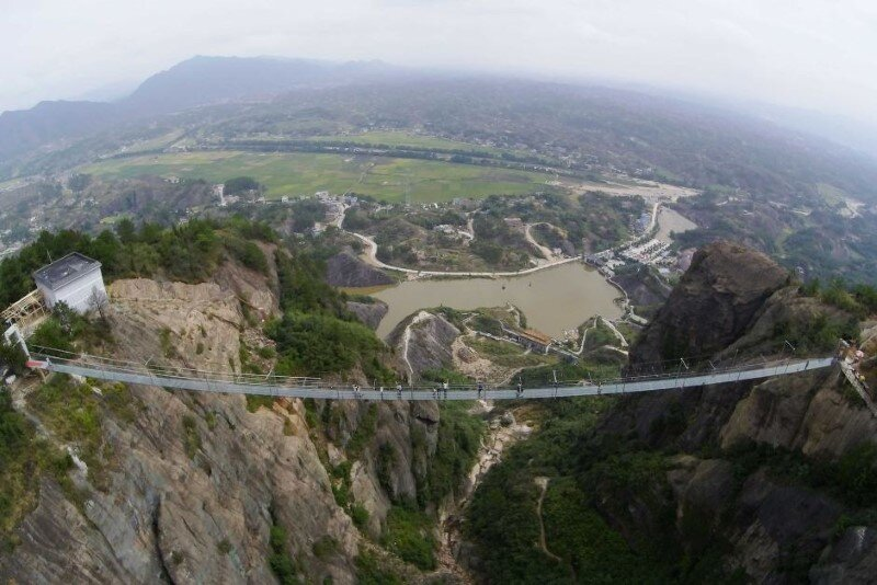 High-altitude suspension bridge made of glass opens in Hunan, China (2)