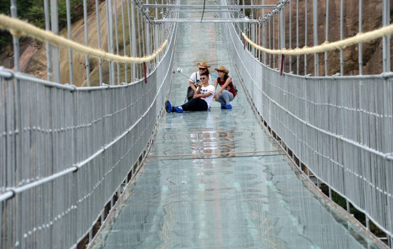 High-altitude suspension bridge made of glass opens in Hunan, China (6)