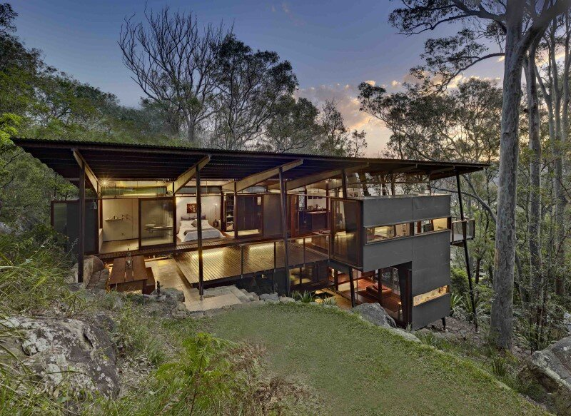 Island House - prefabricated modular house on a steep site (1)