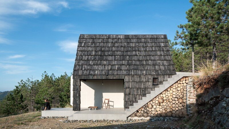 Mountain home built by combining and connecting two monolithic volumes (1)