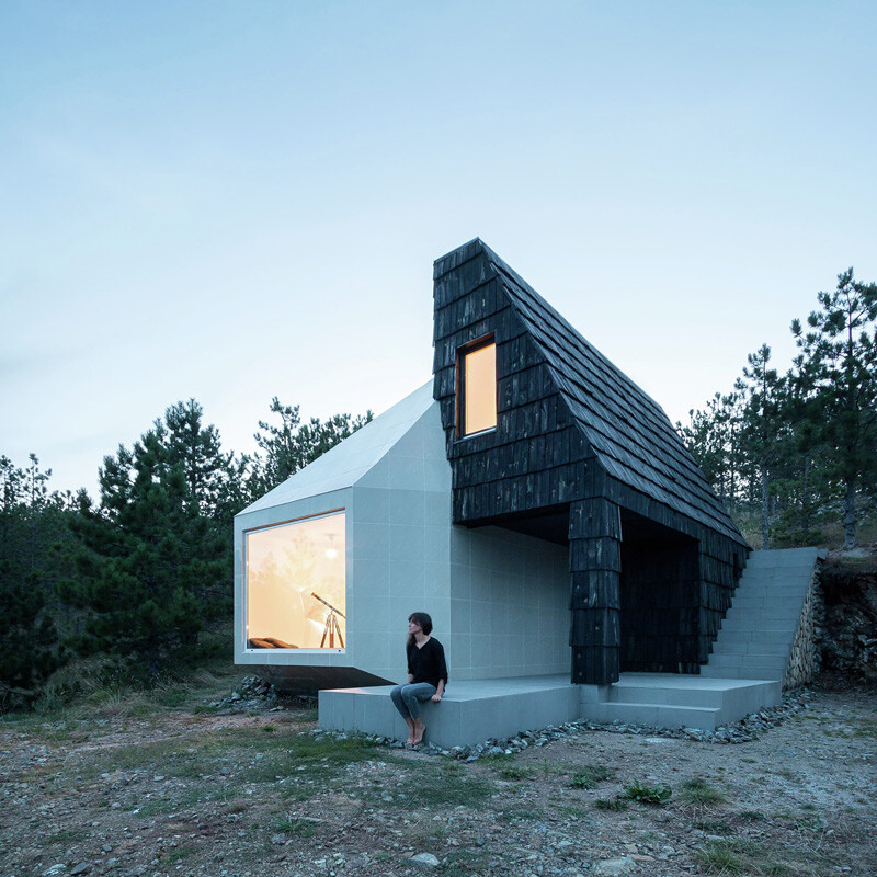 Mountain home built by combining and connecting two monolithic volumes (12)