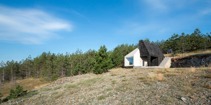 Mountain home built by combining and connecting two monolithic volumes (14)