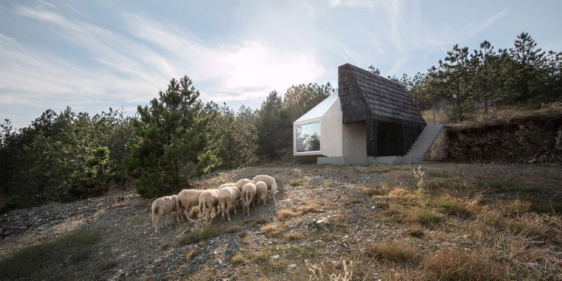 Mountain home built by combining and connecting two monolithic volumes (2)