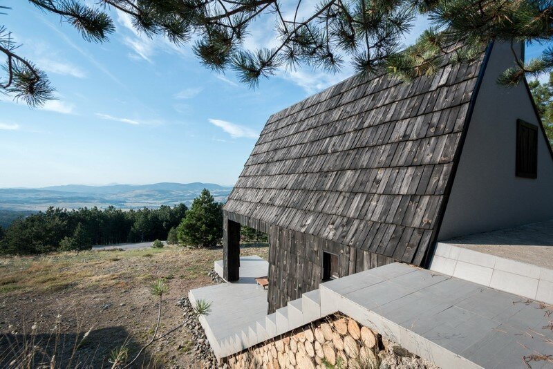 Mountain home built by combining and connecting two monolithic volumes (3)