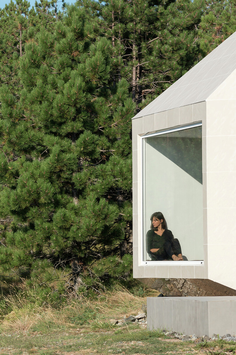 Mountain home built by combining and connecting two monolithic volumes (4)