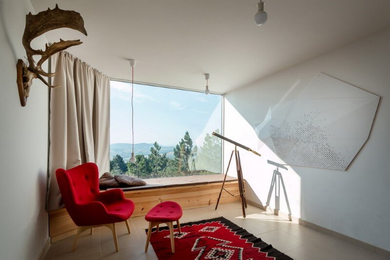 Mountain home built by combining and connecting two monolithic volumes (5)
