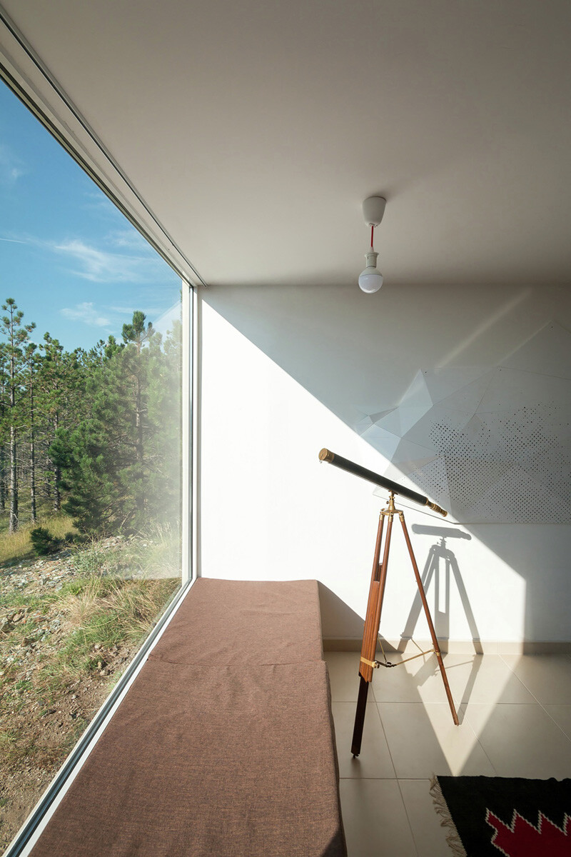 Mountain home built by combining and connecting two monolithic volumes (6)