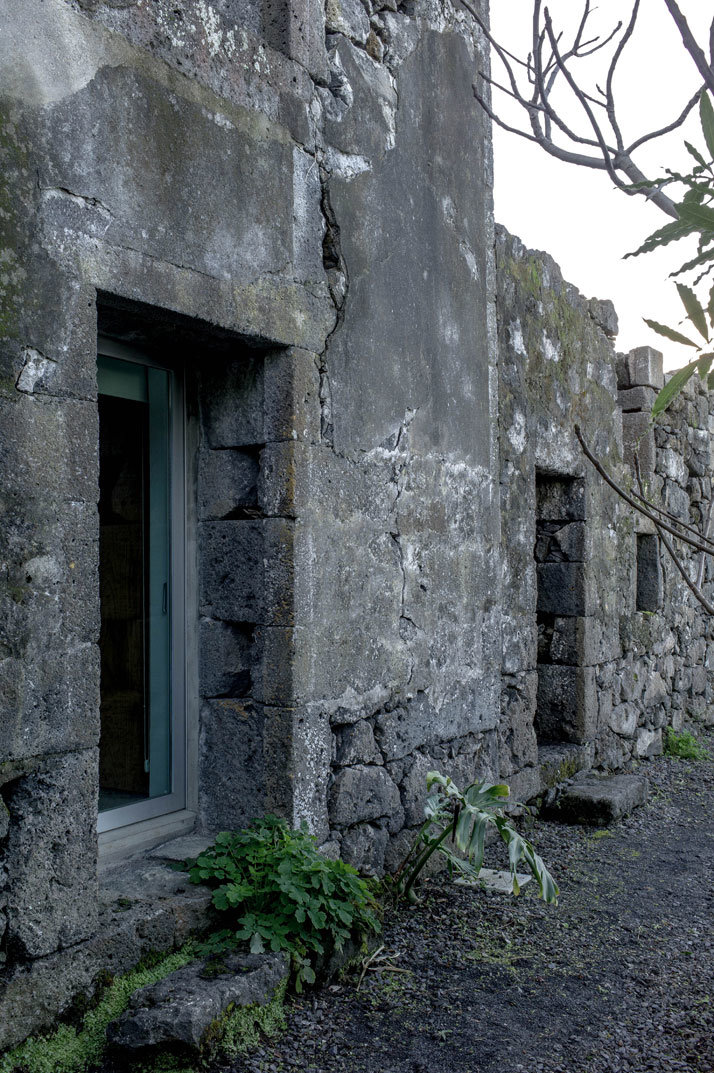 SAMI Arquitectos have transformed some ruined walls into a holiday home (11)