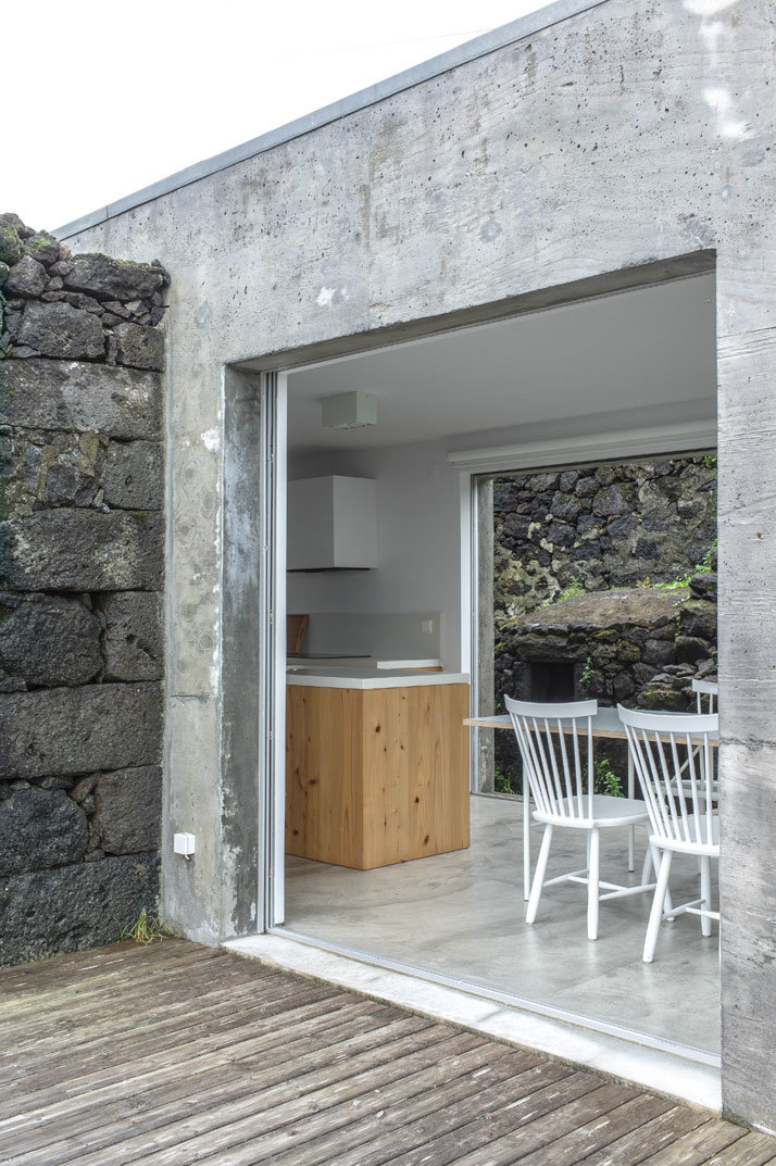 SAMI Arquitectos have transformed some ruined walls into a holiday home (8)