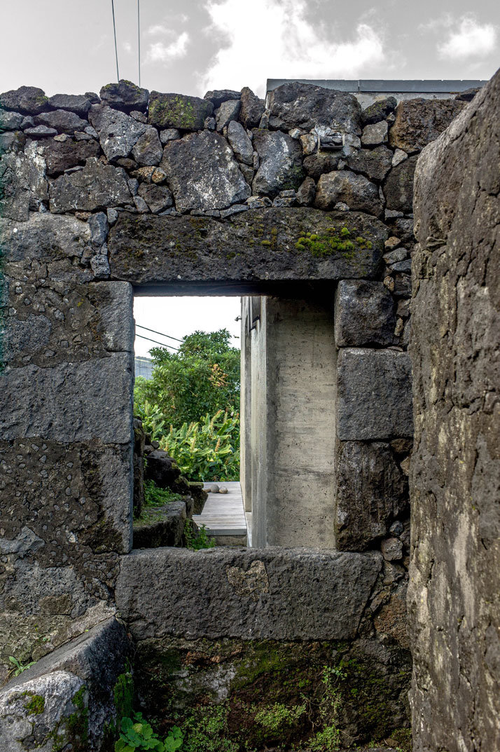 SAMI Arquitectos have transformed some ruined walls into a holiday home (9)