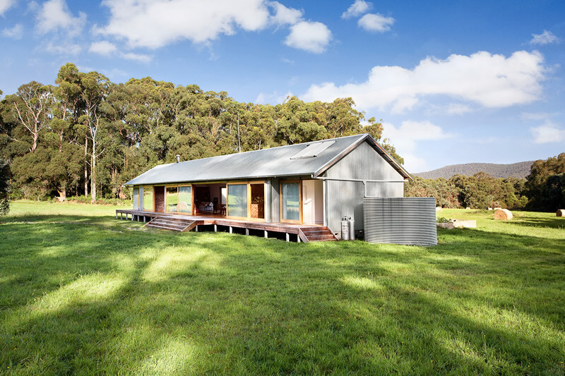Tonimbuk house australian woolshed inspired home for Country cottage homes designs australia