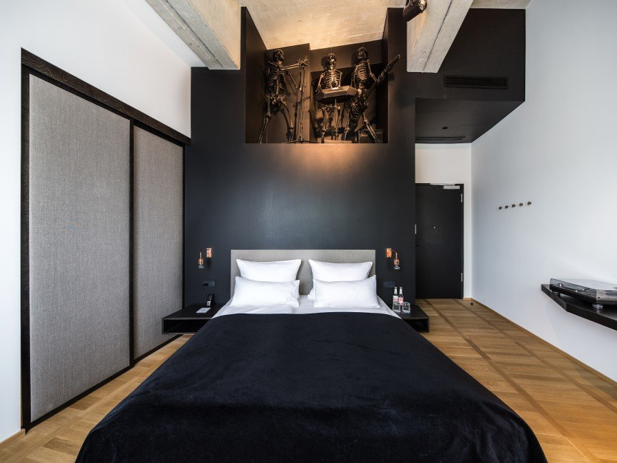 1970 Industrial Building Transformed into a Hotel in Munich (21)
