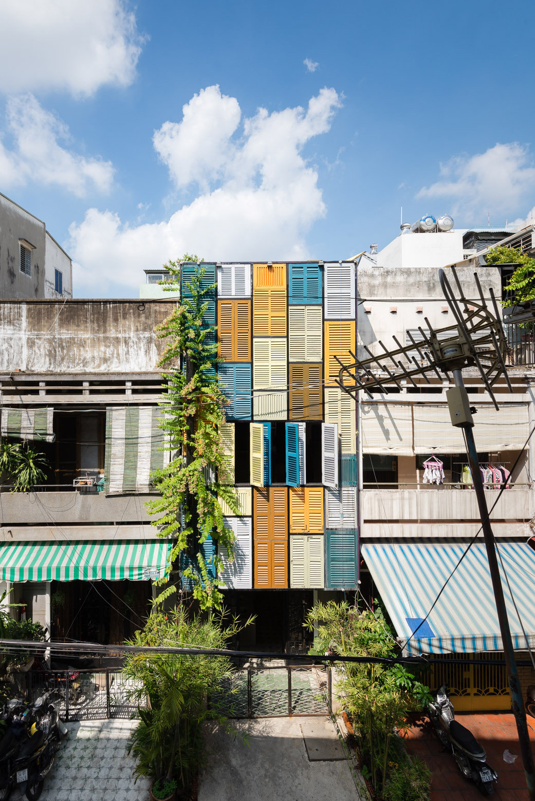 Creative Colour Blocking Façade Made with Secondhand Windows (1)