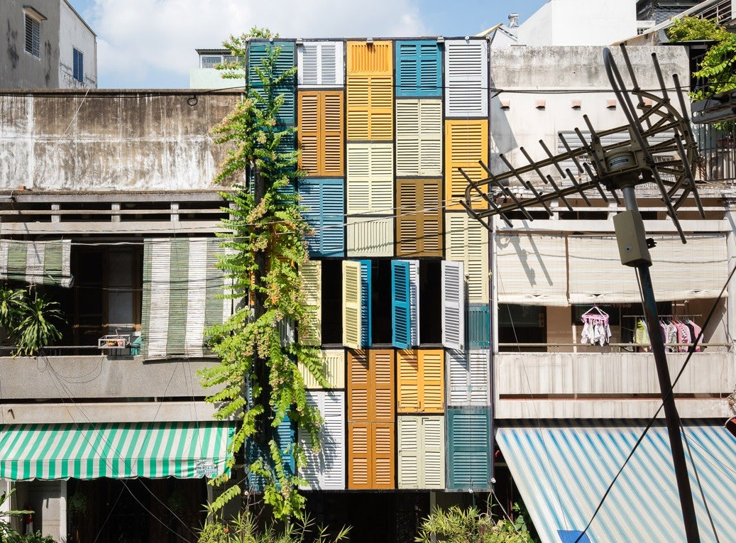 Creative Colour Blocking Façade Made with Secondhand Windows (1)1