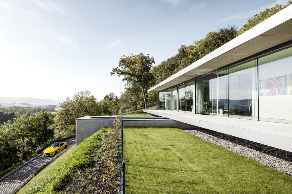 Innovative Sustainable Villa Built from Glass, Steel and Concrete (16)