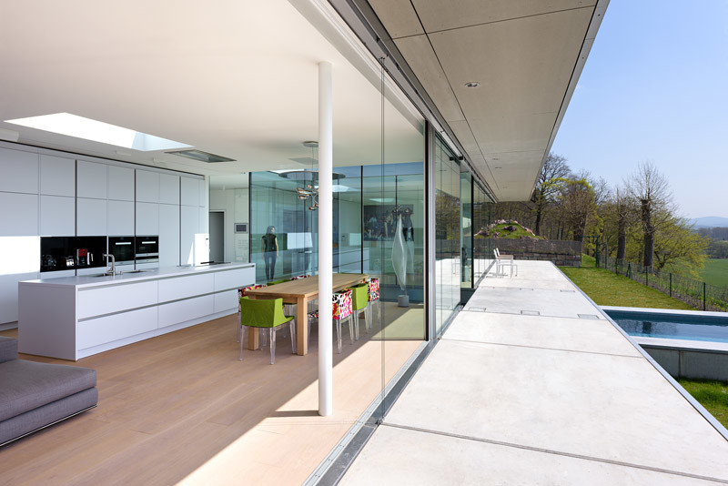 Innovative Sustainable Villa Built from Glass, Steel and Concrete (6)